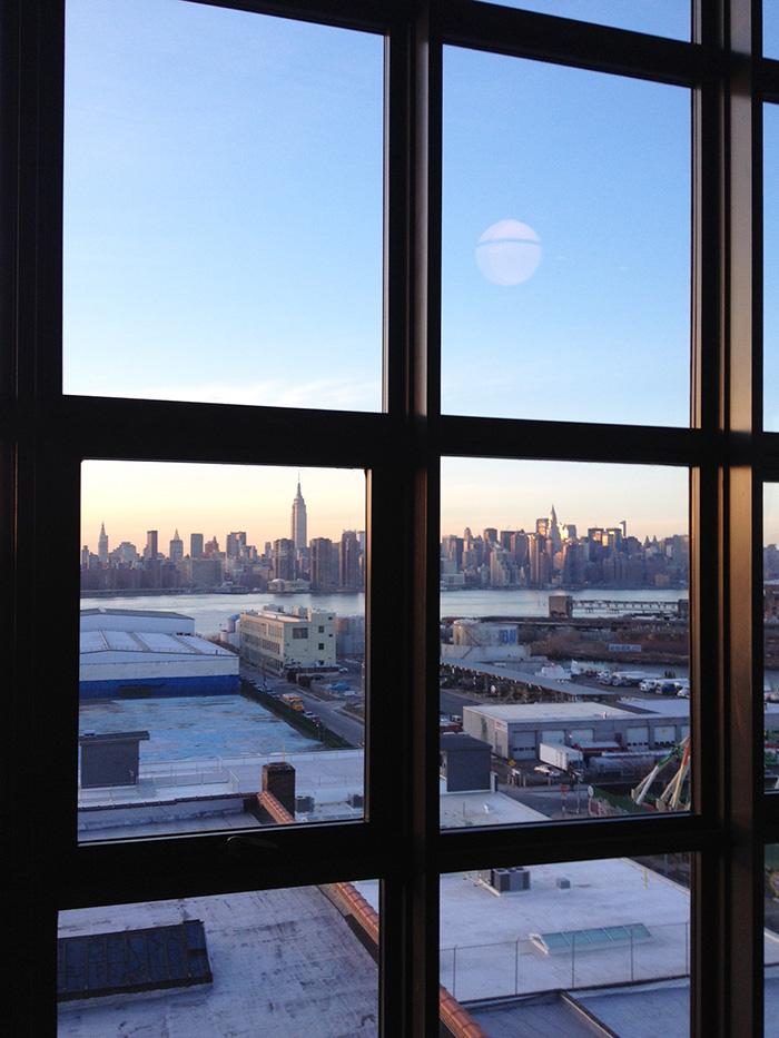 〈ワイスホテル〉の部屋からマンハッタンが見える。
