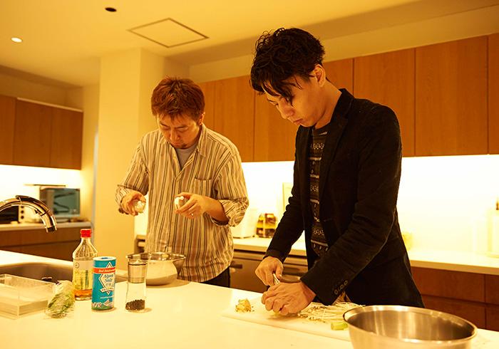 手際よく料理中。『食べてくれる彼女募集中です』渡辺さん(手前)。