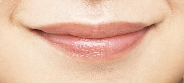 唇のたてジワも凹凸もこのとおりふっくらとカバーし、自然な発色。