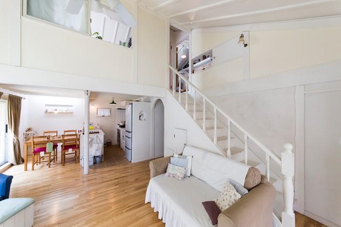 家族総出でDIY 手作りの温もりが伝わる 白壁の別荘風一軒家。