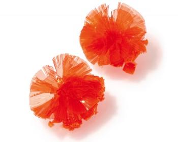 耳元でポンとはじける花が愛らしさ満点! 色鮮やかなクリアオレンジがインパクト大! チアガールのポンポンのような丸いシェイプも乙女心をくすぐる鍵。イヤリング¥18,000(ミュベール/ギャラリーミュベール☎03・6427・2162)