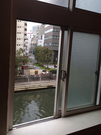 ちなみに、ご登場いただくもうおひとり、瀬戸康史さんの撮影場所のヒント。さてこちらではどんな妄想が!? 本誌をチェック!