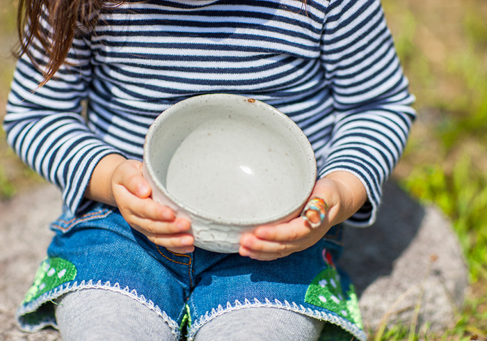 小さな子どもが両手でしっかり持たないと落としてしまう、程よい重さに仕上げてあるのもポイント。小丼のほかに飯碗や茶碗もセットで。岡崎さんが作る子どもの器は、代官山BONTONにて販売中。