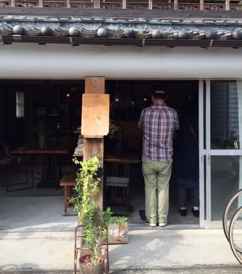 高知の〈テルツォ・テンポ〉で。カメラマンの撮影をあたたかく見守る岡本仁さんの大きな背中。