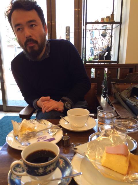 南千住の名店〈カフェ・バッハ〉にて、同じく担当の町田と。うまいコーヒーとケーキをいただきながら、喫茶店を考える。