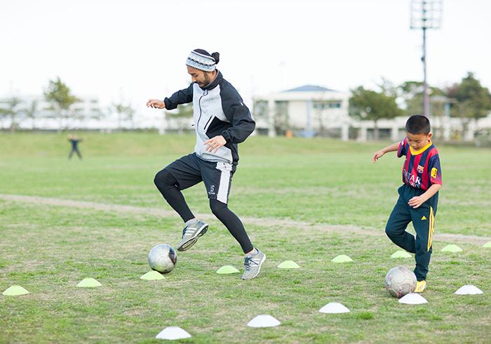 公園で息子と本気でトレーニングをする、Jazzy SportのMASAYA FANTASISTAさん。父親の理想的な在り方として、お手本にさせていただきます!(写真・三浦安間)