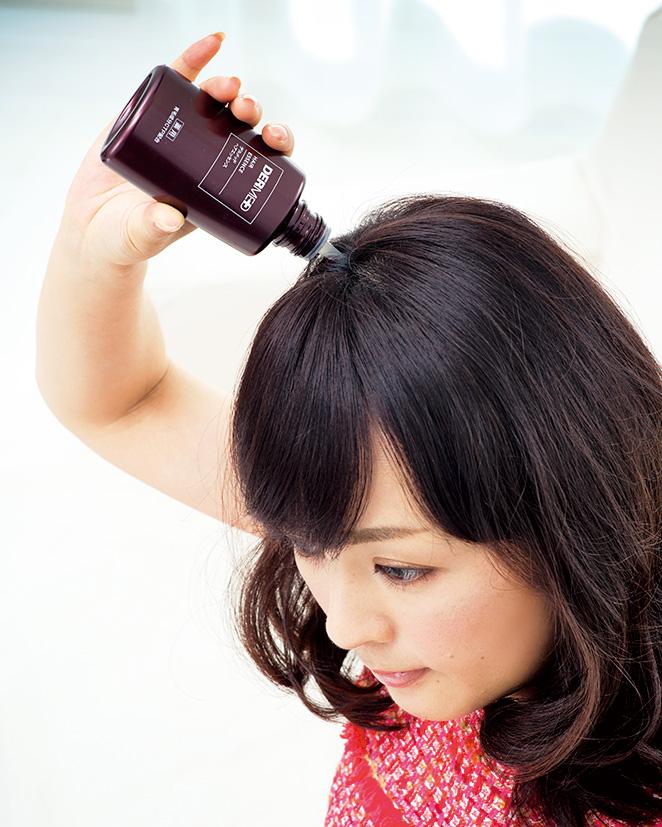頭皮にノズルをあて、エッセンスを塗布。その後、頭皮をマッサージするようにもみこみ、全体に浸透させる。