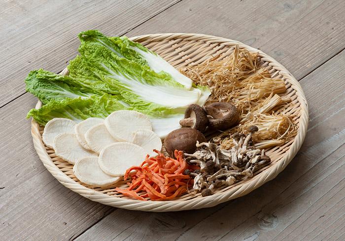 野菜を切ってザルなどにのせ、風通しがよく直射日光があたる場所に置いておくだけ。簡単にできる干し野菜、是非、お試しを。