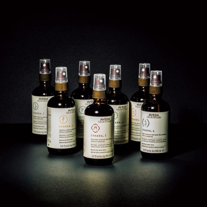 アーユルヴェーダに基づくエッセンシャルオイルをブレンド。体の中にある1から7のチャクラに合わせてブレンドされている。〈アヴェダ〉の「チャクラ バランシング ミスト」。各100㎖ ¥4,400(アヴェダ ☎03-5251-3541)