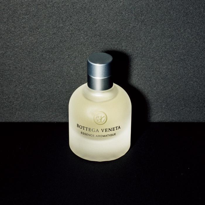 調香の巨匠、ミシェル・アルメラックが設計した、洗練されたフレッシュ フローラルの香り。〈ボッテガ・ヴェネタ〉の「エッセンス アロマティック オーデ コロン」。200㎖ ¥25,000(コティ・プレステージ・ジャパン ☎03-5413-1062)
