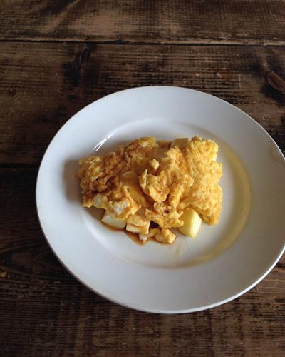 高山なおみさんの朝食レシピから、ハンペンのオムレツ。お醤油とキビ糖で甘みもプラス。オムレツにキビ糖?と思ったけれどこれが絶妙なおいしさ! ごはんのおかず、お弁当にも合いそうです。