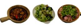 左:ナスの肉炒め。しっかりとした味付けにビールがすすむ。 中:シンプルな野菜炒めですら劇的にウマくて、びっくり。 右:辛ウマの牛鍋は、全客が間違いなく注文している逸品。