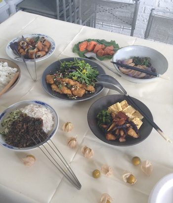 撮影時のケータリングは、Cookingで月1連載をしているchiobenさんにお願いしました。食べる前に、梨花さんもスタッフも写真撮影。