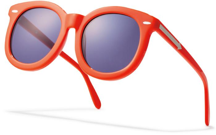 ポップカラーでマンネリ打破! アクセ感覚で使える勝負カラー。テンプルにあしらわれた矢印の装飾が『カレン ウォーカー』ならではのキュートなアイデア。¥31,000(Karen Walker eyewear/Diptrics〈ショールーム〉☎03・3409・0089)