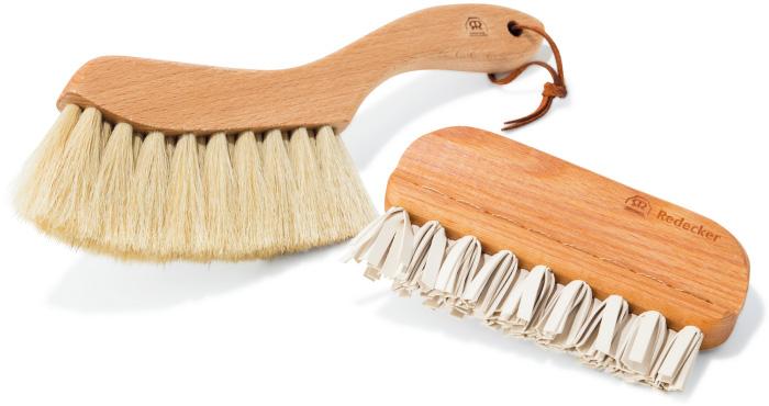 ホコリや糸くず、砂をはらって、いつでも清潔! 右・天然ゴムの摩擦による静電気で、ホコリやペットの毛などを除去。エチケットブラシ¥4,730 左・ビーチに行く日のお供に。多目的に使える適度な硬さ。砂払いブラシ¥3,670(REDECKER/KifuL☎092・834・6118)