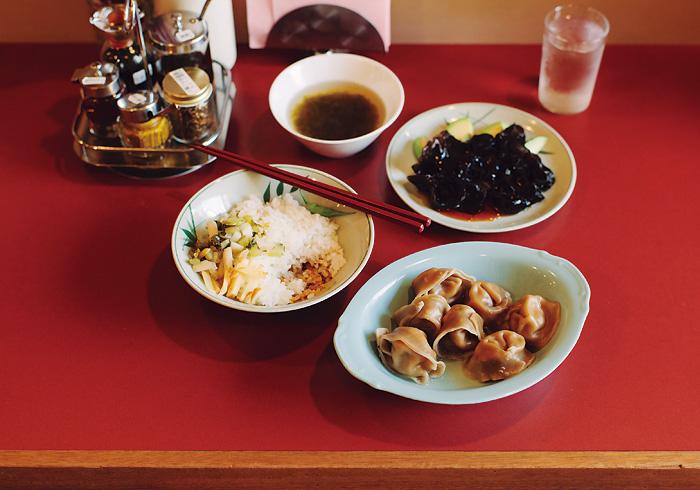 4種の水餃子に豚そぼろご飯とスープがセットででてくる「水餃子定食」¥1,000と「ゆでらげ」¥450(共に税込み)