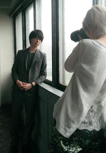 長谷川博己さん撮影時のひとこま。大人の男を追いかけまくりました。