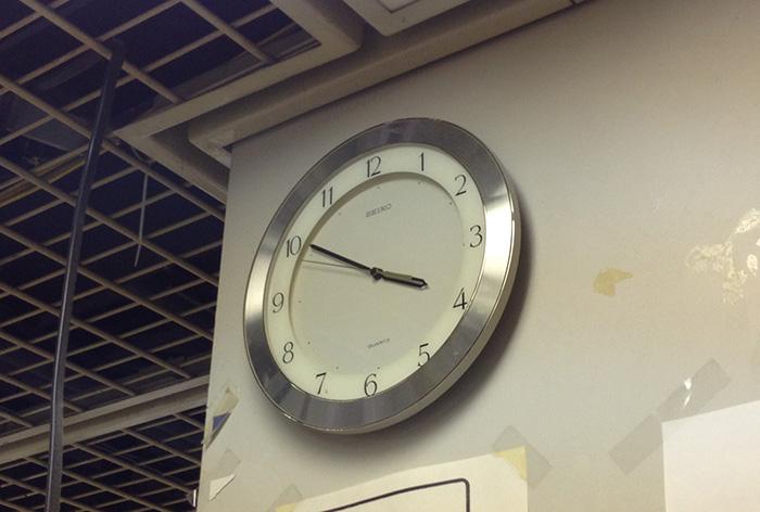 編集部にある、この時計を何度見上げたことでしょう……。ちなみに、第2特集は「時計」がテーマです(写真と第2特集の内容は関係ありません)。