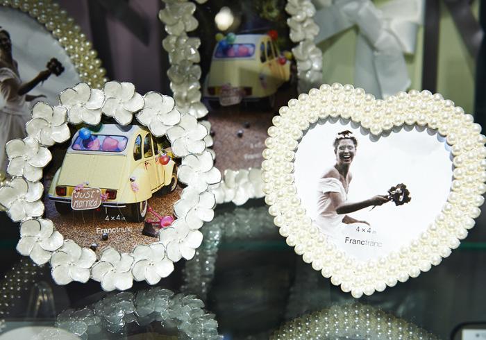 右・ボニト フォト フレーム ハート、左・パティナ フォトフレーム ラウンド 各1667円+税133円(化粧箱入り)。写真立ては結婚のお祝いの定番だけれど、ロマンティックなデザインは女友達ならではのセレクト。