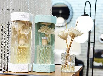 ストリコロマンティックフレグランス 右・スウィートフローラル、左・ローズガーデン各2286円+税114円。ほのかに優しい香りが広がるディフューザー。