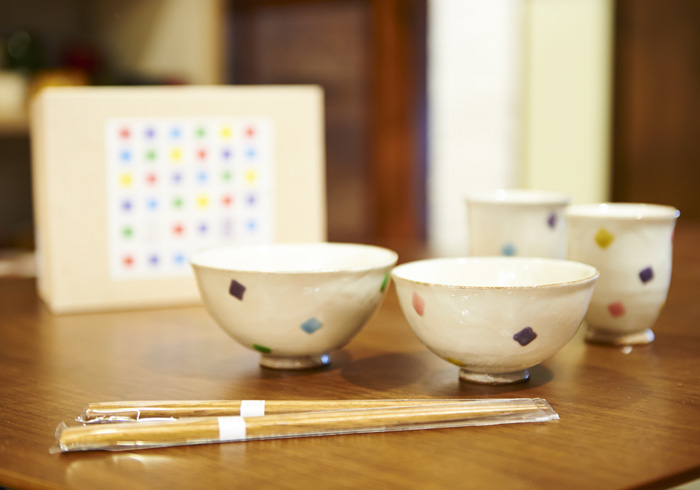 多治見焼き五彩色セット5000円+税400円。お茶碗、湯のみ、箸がそれぞれペアでセットされている。箱代込み。