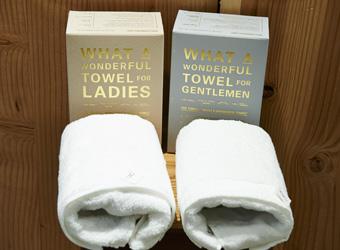 THE FACE TOWEL FOR GENTLEMEN&FOR LADIES箱入りで各4500円+税360円。希少性の高い高級綿、スーピマコットンを用い、今治市で製造。女性用には柔らかな触り心地に、男性用にはごしごし拭けてしっかり水分を吸い取るようにと、製造法を変えている。