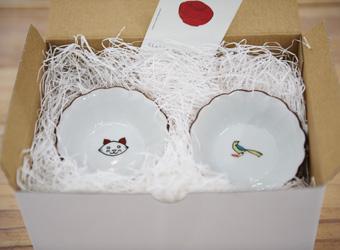 KUTANI SEAL 菊小鉢(子猫、小鳥)セット2800円+税224円。可愛らしいモチーフをプリントすることで、130年の伝統がある上出長右衛門窯の九谷焼が、モダンな印象に。