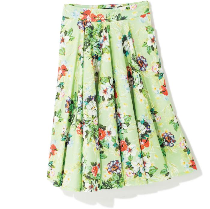 トロピカルな柄で、夏気分を盛り上げて。 透明感のある明るいグリーンと、カラフルなボタニカル柄がとびきり華やか。生地をたっぷりと使ったフレアシルエットで、Aラインの裾の落ち感もきれい。¥7,398(ザラ/ザラ・ジャパン☎03・6415・8061)