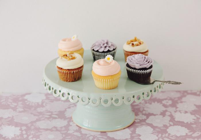 前列左と後列右/キャロット・カップケーキ各¥480 前列中と後列左/クラシック・カップケーキ¥430 お花のカップケーキ 参考商品 ※すべて日替わり。