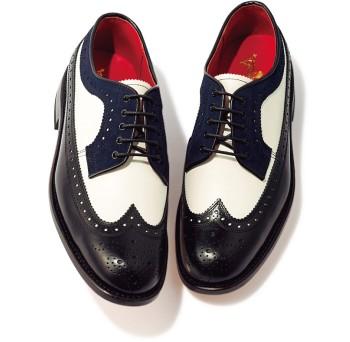 3色使いがキュートなウィングチップ。 靴ひもからトップラインにかけて、上品なネイビーが使われているのが何とも女性的。白いタンはギザギザにカットされ、細部までこだわりが。ヒール高2.5㎝¥38,000(リーガル シュー&カンパニー☎03・5459・3135)