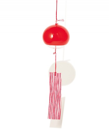 存在感を求めるなら、ひときわモードな赤はいかが? りんご飴のような赤い風鈴は、インテリアの主役になりそうなデザイン。短冊は手書き風のストライプで和モダンな雰囲気に。心落ち着く音色が鳴る。赤玉¥1,800(スパイラルマーケット☎03・3498・5792)