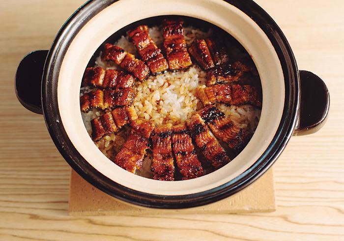 四万十川の鰻の土鍋ご飯¥5,200。ご飯は2合、3~4名分。お米は岐阜県の「龍の瞳」。少し粒が大きく、味も香りもいい。鰻は四万十川の加持養鰻場から届く確かなもの。絶滅が危惧される鰻だが、高度な技術によって日本の鰻は守られている。