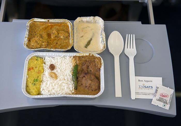 写真はブータンエアラインズの機内食。カレー2種と、サイドディッシュにエマ・ダツィ。思わずおかわりしてしまう美味しさ! © Tetsuya Ito