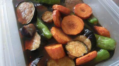 いま一番重宝しているのは、この「野菜の揚げびたし」。夏野菜を油で素揚げして、めんつゆを希釈したものにつけて冷蔵庫へ。ひんやり野菜は暑くてバテ気味のときでも食べられます。
