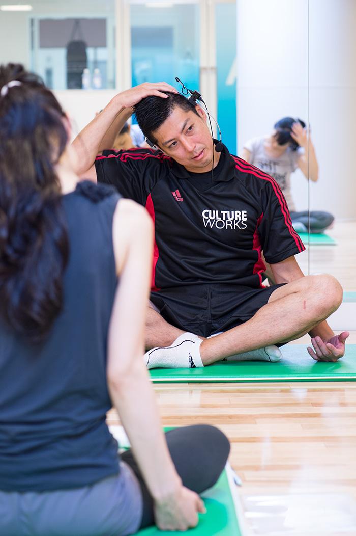 首のストレッチングでは、伸ばしている方の肩を低くすると効果大。