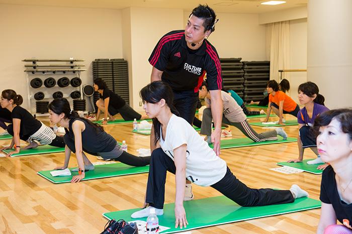 股関節のストレッチングがしっかりとできたら、胸を張り、前を見る。胸が開いて肩が広がるのを感じるはず。