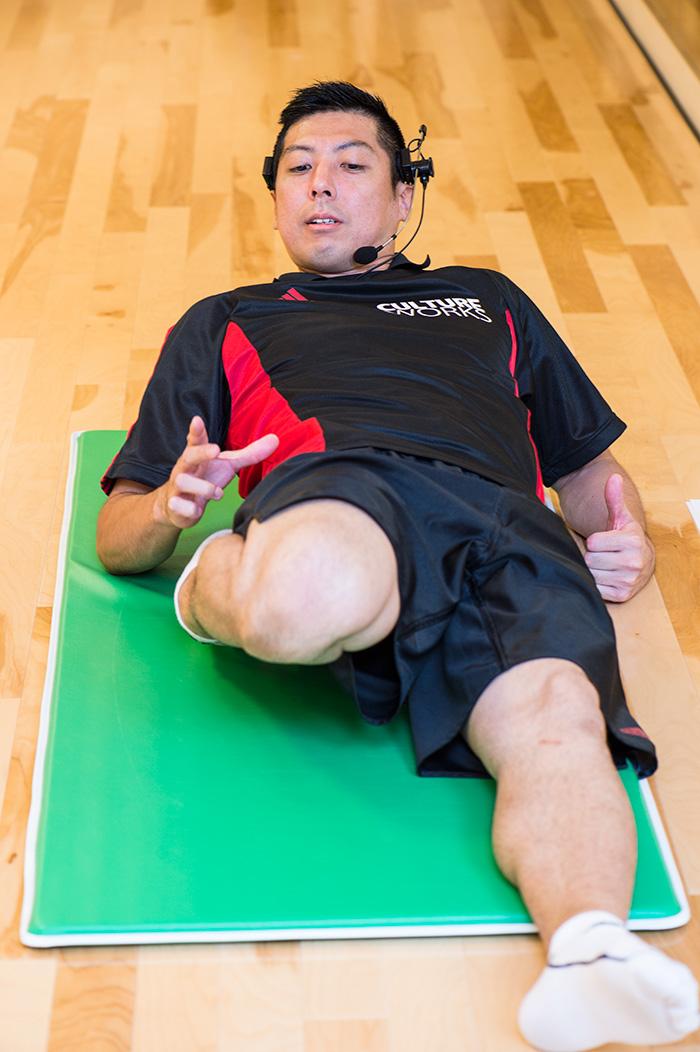 太ももの前のストレッチングでは、曲げている方の膝が浮いてしまうと効果半減。上向きに寝ると浮いてしまう人は、肘をついて上体を起こして膝を床に近づける。