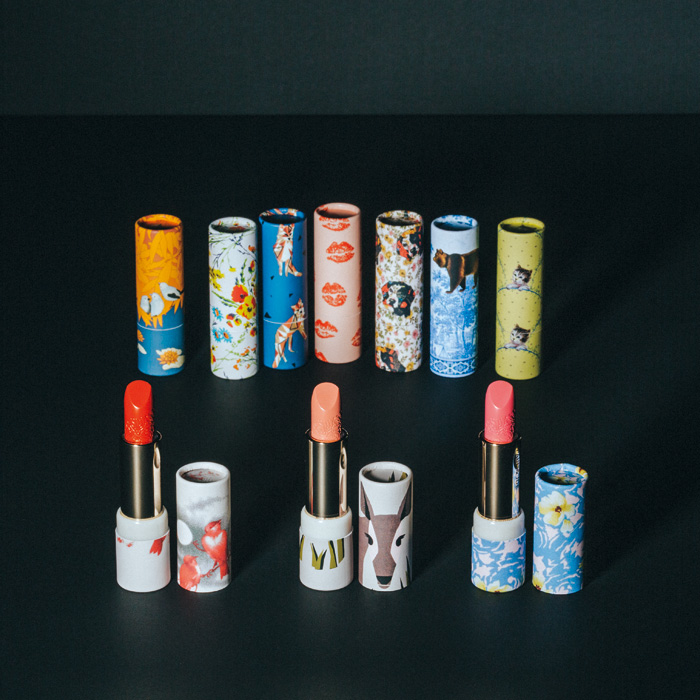 ベルベットのようになめらか、よりリッチで上質な唇を演出してくれるカラーは、全25色。さらに、よりリッチで魅惑的な唇をつくる限定色も。2014年秋冬コレクションのファブリックからのセレクト5種類と、ヴィンテージプリントを施した5種類、計10種類の限定デザインの着せ替えケースと共に楽しみたい。〈ポール&ジョー〉の「リップスティック」 リフィル 各¥2,000(右から088、089、087 全て限定色)、「リップスティック ケース CS」 各¥1,000(ポール&ジョー ボーテ ☎0120-766-996)