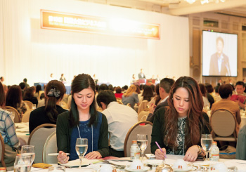 1. バリバリ働く中井さんと、社会人1年目の盛田さん。働く女性が衝突する壁…気付けば真剣な顔つきに。