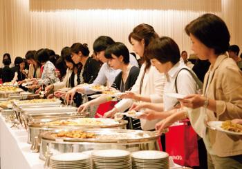 1. テーブルに並べられた豪華な食事。