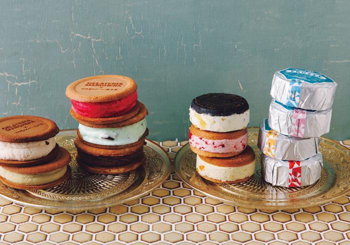 左の皿・『ジェラテリア マルゲラ』のビスコッティM╳T各¥500 ほかに2種あり。(税込み、販売中〜8/17までの限定商品) 左上から、コーヒー煎餅×ヘーゼルナッツジェラート、柚子煎餅╳ピスタチオジェラート、柚子煎餅╳ラズベリージェラート、ミント煎餅╳チョコミントジェラート、山椒煎餅╳チョコオレンジジェラート。右の皿・『BonbonROCKett』のクリーム サンディーズ フローズンタイム。左上から、パイン、ストロベリー、マンゴー。ほかにダブルベリー、チェリーもあり。全5種╳各2個詰め合わせ(10個入り¥3,900(税込み)