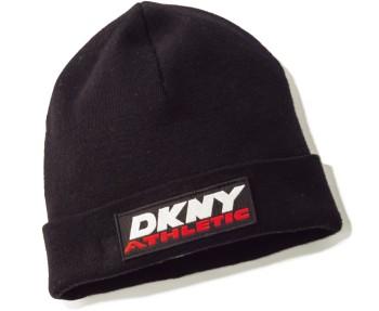 あえてワンピと合わせる神業にトライ! ブランドロゴで魅せるシックなニット帽は、ハズシアイテムとして重宝。¥9,000(ディーケーエヌワイ エクスクルーシブリー フォーオープニングセレモニー/オープニングセレモニー☎03・5466・6350)