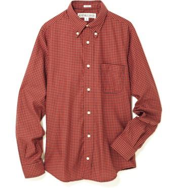 '90sのグランジルックを気取って。 絶妙な赤の発色が目を引くギンガムチェックのシャツ。ボタンダウンのあしらいも効果的なアクセントに。¥24,000(インディヴィジュアライズド シャツ/ジャーナル スタンダード 表参道☎03・6418・7958)
