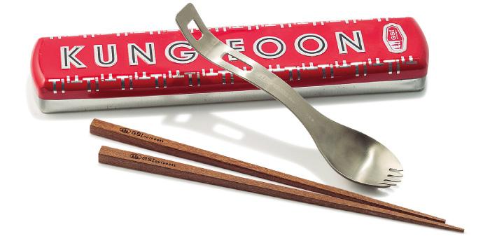 調理道具としても活躍! 可愛くて使える食の相棒。 スプーンの持ち手側にある穴に箸をスッと差し込めば、何と調理器具に進化。屋外でカレーを作ったりする時におすすめ。缶の入れ物もレトロで可愛い。スプーンお箸セット¥3,200(GSI/エイアンドエフ)