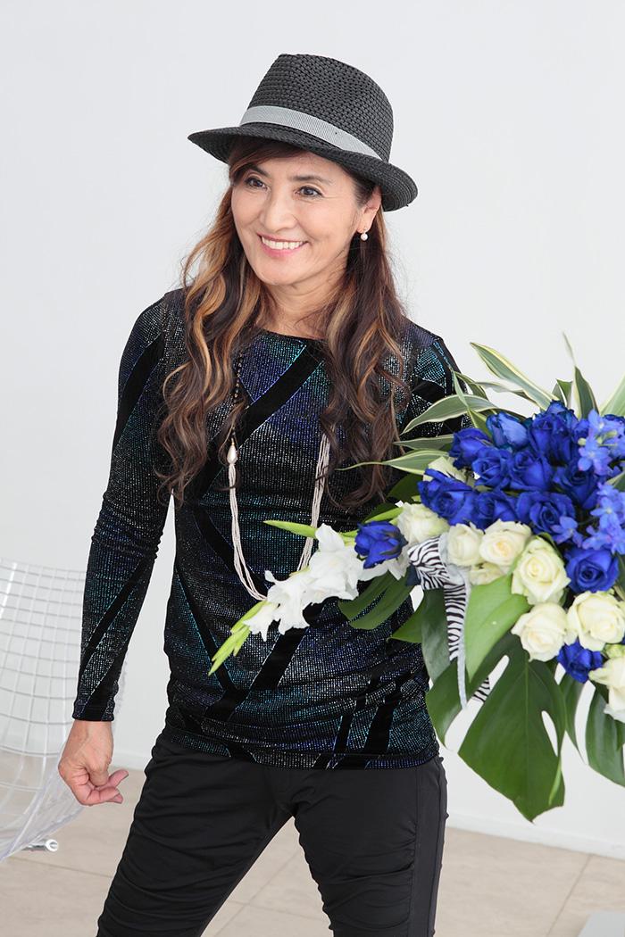 長渕さんの作品制作中のヒトコマ。真剣な表情で花を見つめつつも、花に語りかけるかのように、笑顔を絶やさず作りあげていく様子が印象的でした。