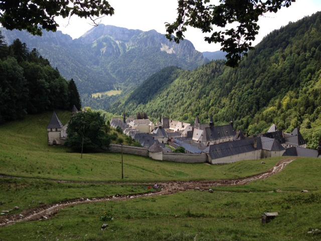 リヨンからクルマでおよそ1時間かけてグルノーブルの町へ。さらに山道を1時間走り、徒歩で20分ほど。想像していたよりも大きなグランド・シャルトルーズ修道院が現れた。