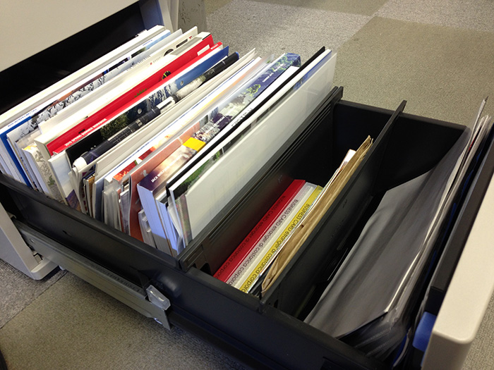 まだ担当になって一冊目なのに、既に様々な製品資料(画面左側)にスペースを奪われた引き出し。ちゃんと、全部読んでます……。
