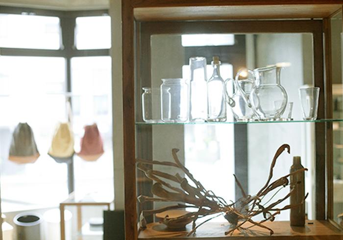 吹きガラスならではのゆらぎが美しい、スウェーデンのメーカー 〈SKRUF〉の製品。