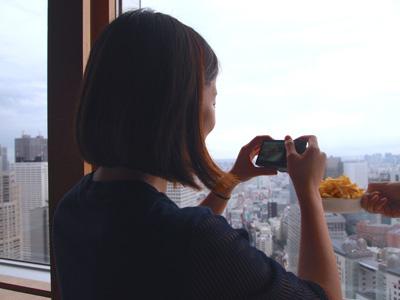 写真は平野さん撮影の図。ポテトが見下ろす高層ビル。