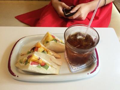 モデルで女優の小松菜奈ちゃんも気に入ってくれた、『フルーツパーラー・フクナガ』のフルーツサンド。フルーツ、満載。